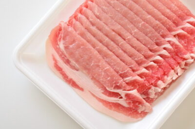 白いトレイに入った豚肉