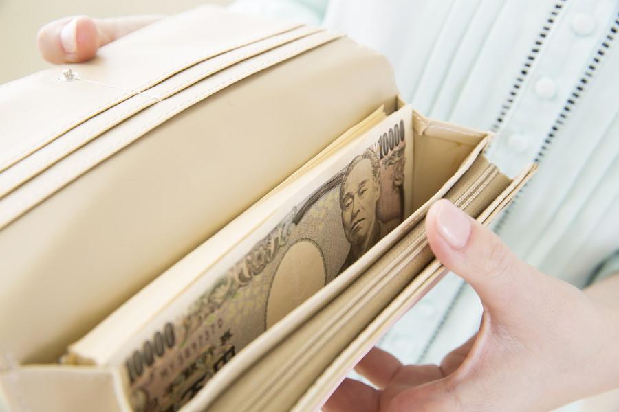 一万円札が何枚も入った長財布