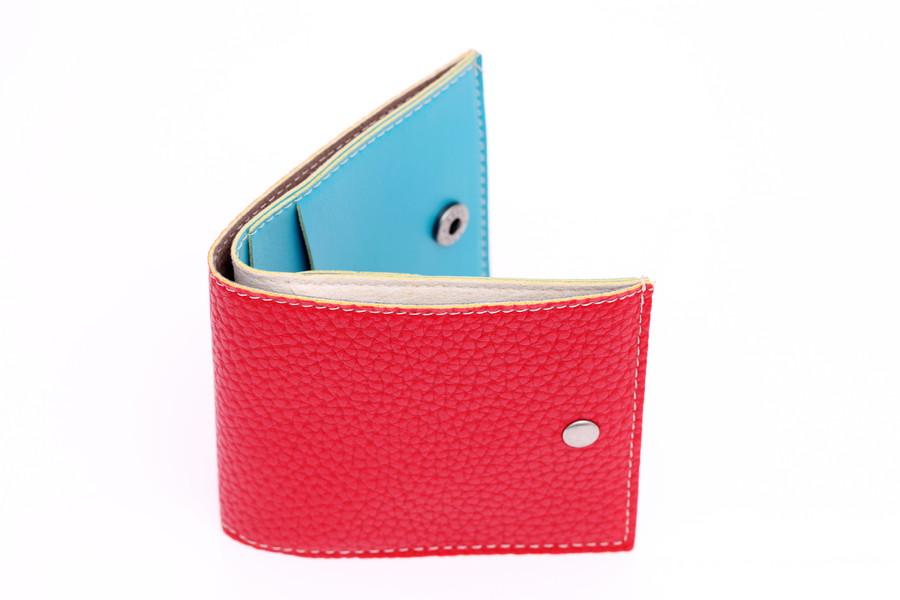 赤と水色の二つ折り財布
