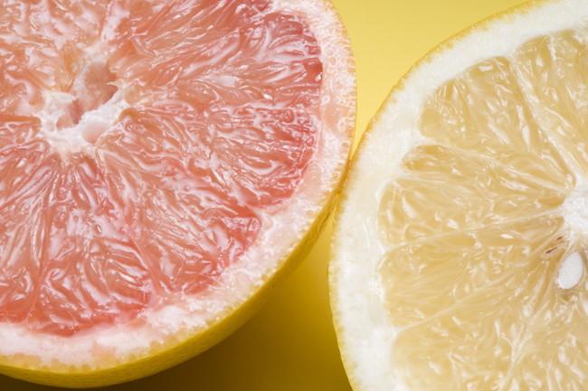 赤と黄色のグレープフルーツ
