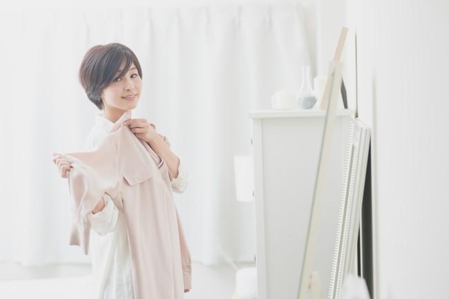 洋服選びを楽しむ女性