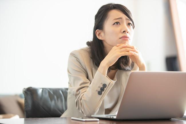 職場で疲れている女性