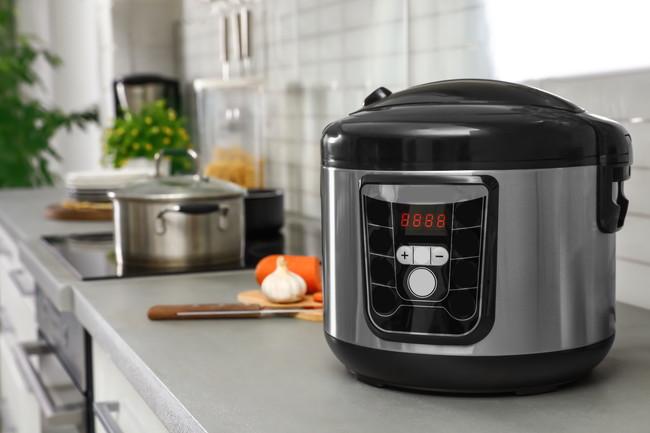 黒い電気圧力鍋