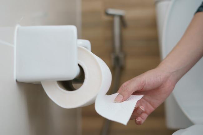 トイレットペーパーを使う様子