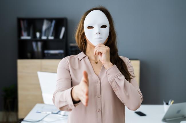 仮面をつけた女性