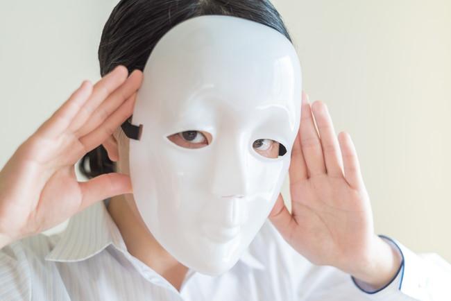 仮面をした女性