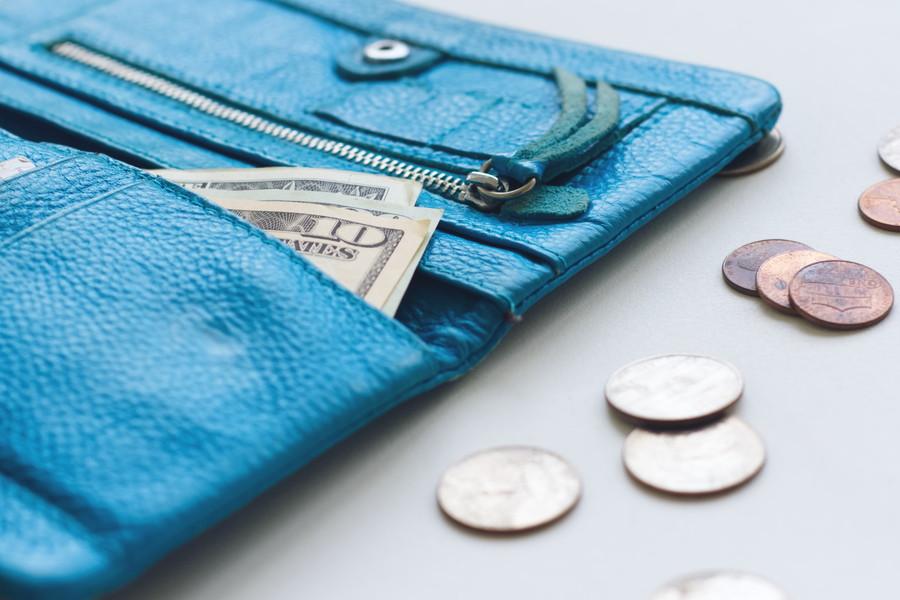 青い財布と硬貨
