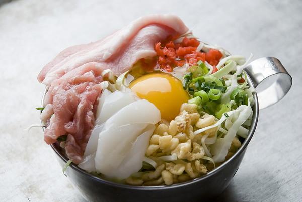 お好み焼きの具材、真ん中に卵