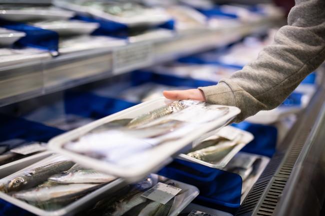 スーパーマーケットで魚を選ぶ