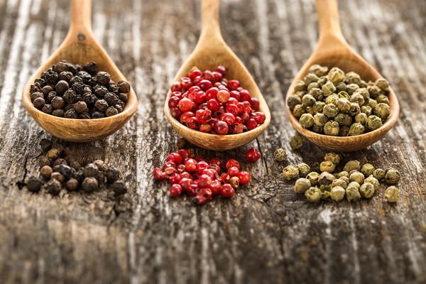 黒・赤・緑の胡椒の粒