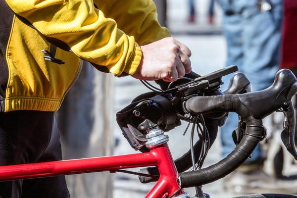 黄色いジャージ、赤いロードバイク