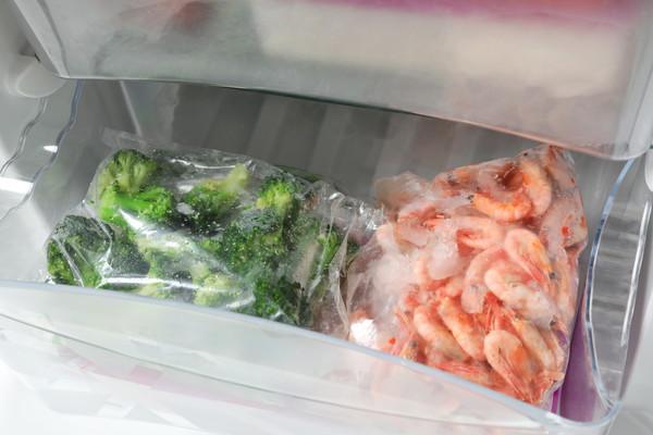 冷凍庫にエビとブロッコリー
