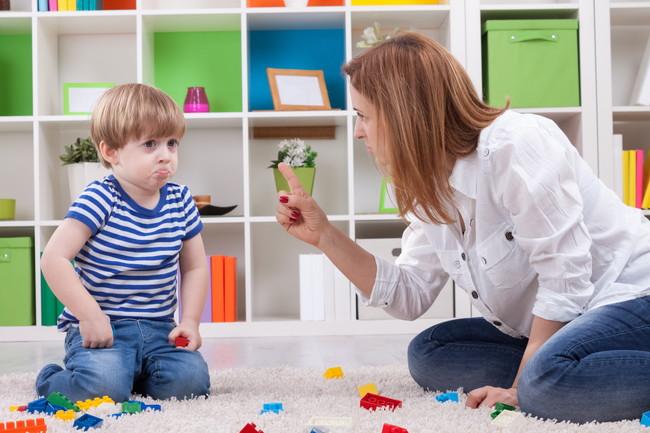 男の子を叱る母親