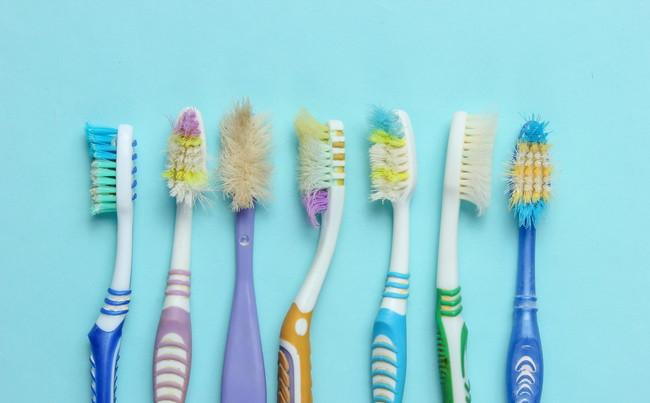 使い古した複数の歯ブラシ