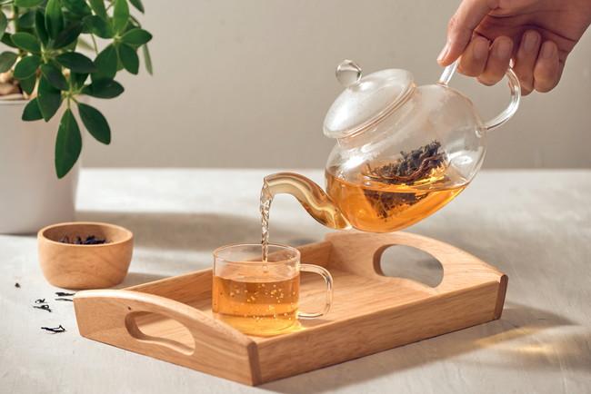 茶葉とティーポットでお茶を淹れているところ