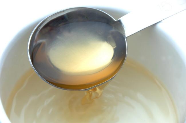 計量スプーンでお酢を器に入れているところ