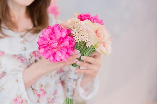 花束を持つパジャマ姿の女性