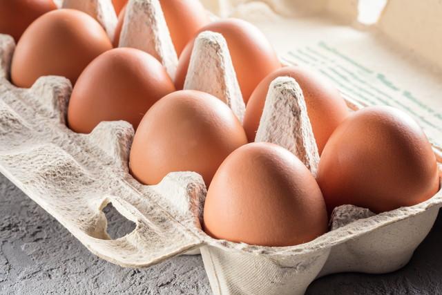 茶色い殻付きの卵