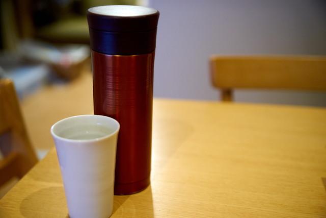 水筒とコップ