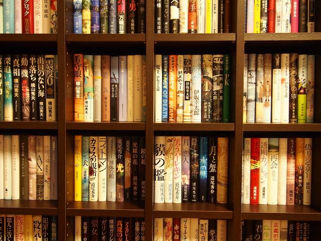 びっしりと詰まった本棚