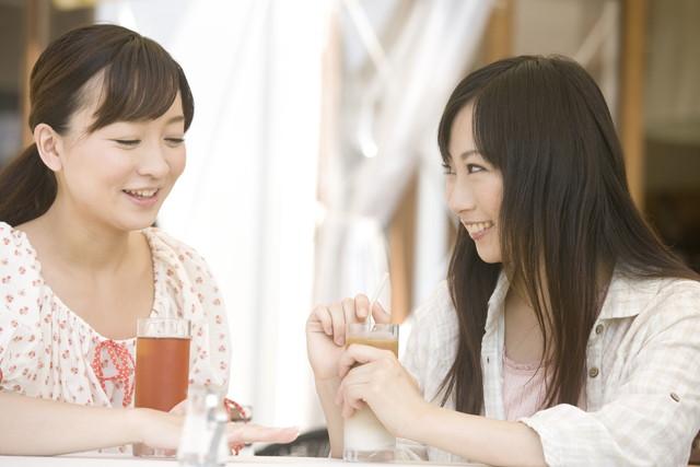 話をする二人の女性