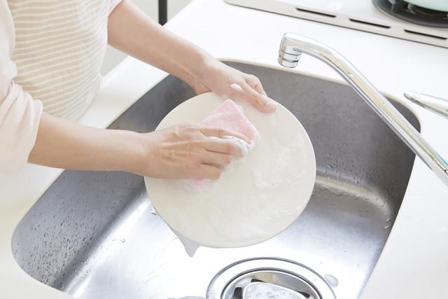 スポンジで皿洗い
