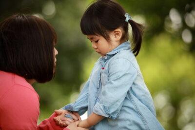 母親に叱られている女の子