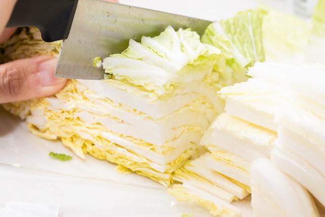 白菜を包丁で切る