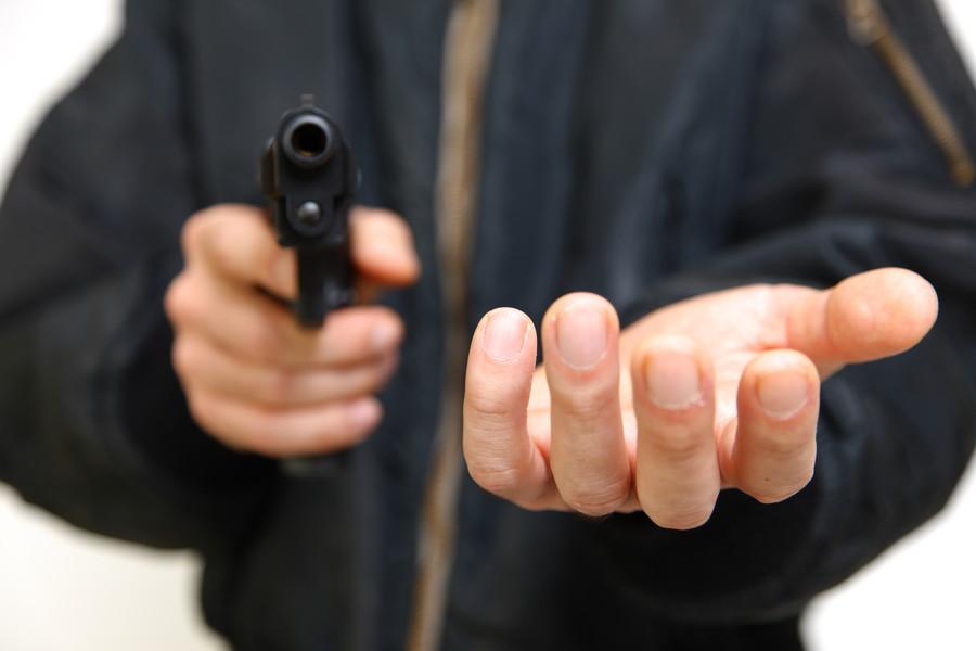 銃を向ける強盗