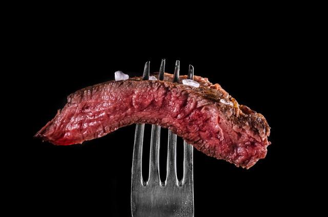 フォークで刺した肉