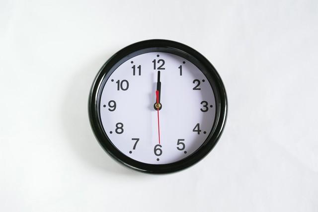正午を指す時計
