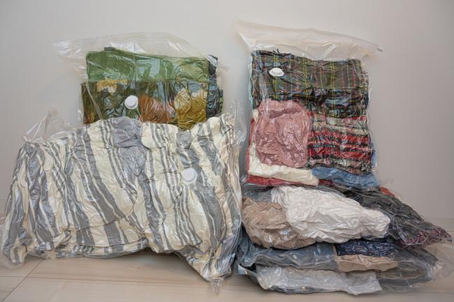 圧縮袋で圧縮された衣類、毛布、布団