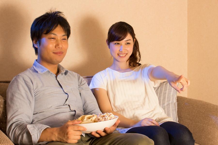 テレビ画面を見る夫婦