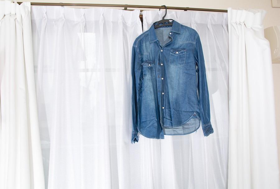 カーテンレールに干されている洗濯物