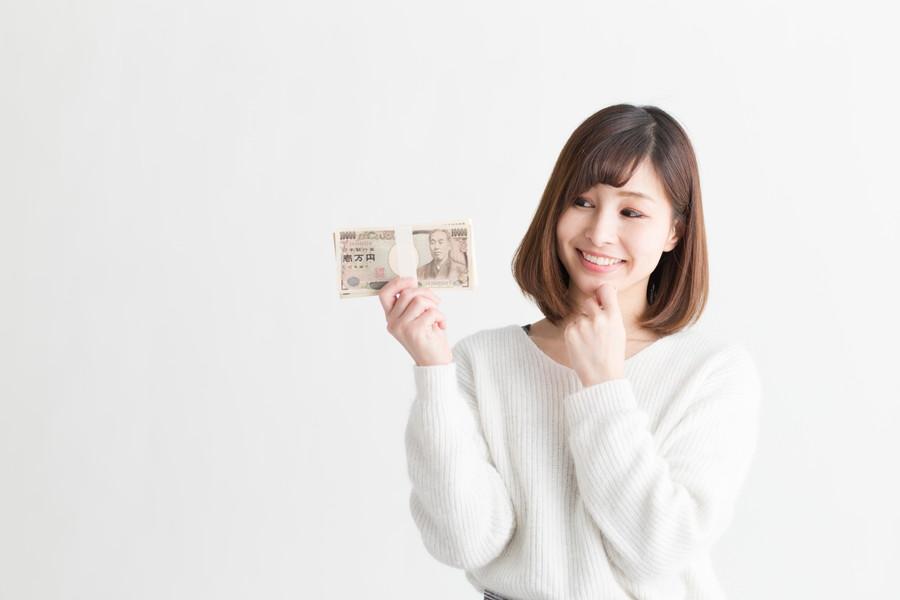 大金を手に持つ女性