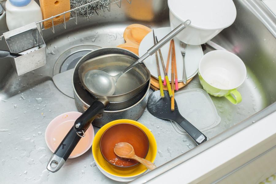 シンクに散らかった汚れた食器