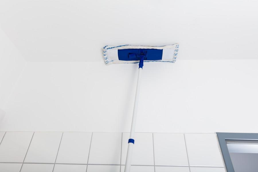 風呂の天井を洗う
