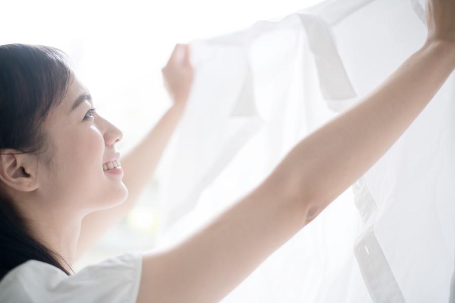 洗濯ものを干す女性