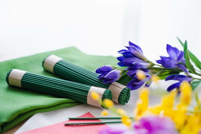 線香の束と花