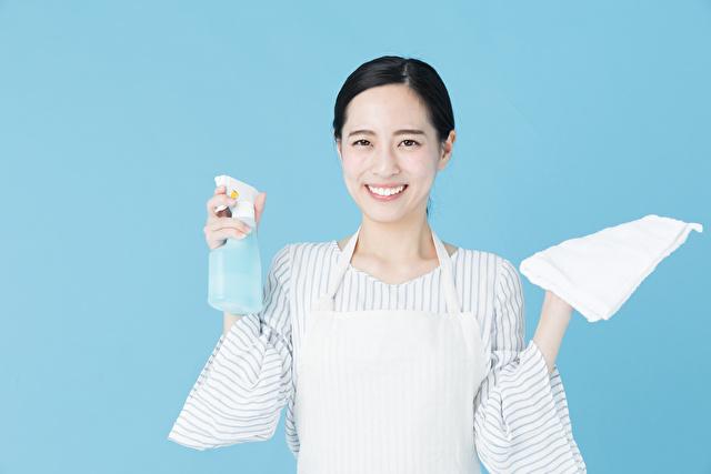 掃除をする女性 ブルーバックイメージ