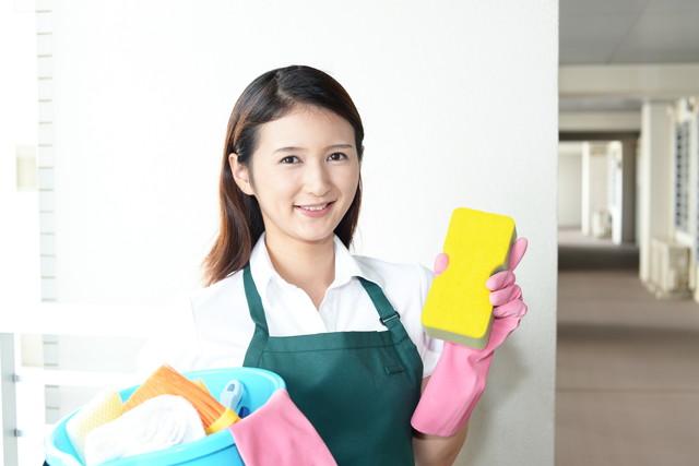 清掃作業をする女性