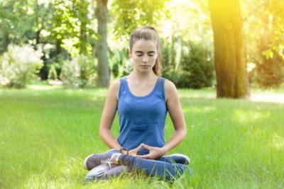 公園で瞑想
