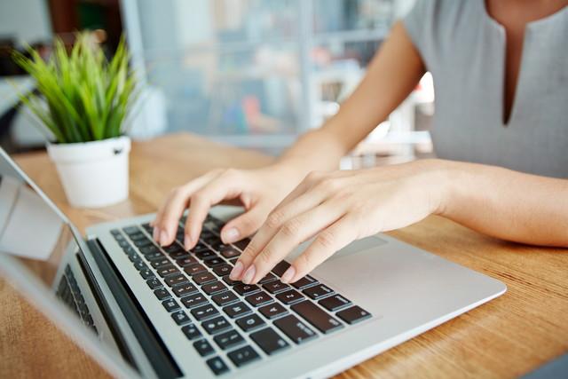 ノートパソコンを扱う女性