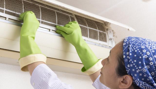 エアコンを洗う主婦