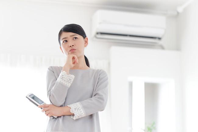 エアコンのことで困る女性