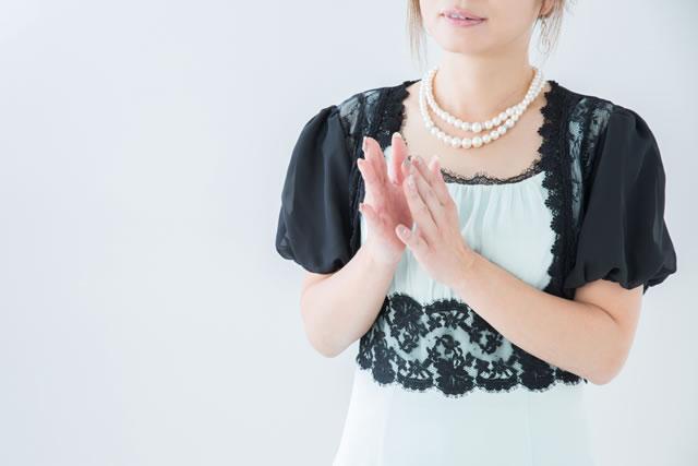 考えるドレス姿の女性