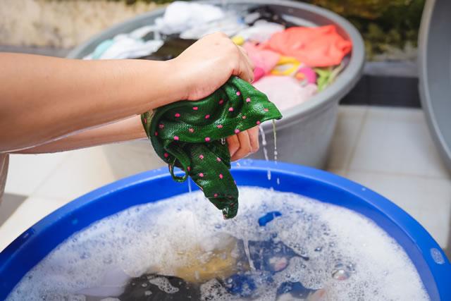 布を手洗いする手