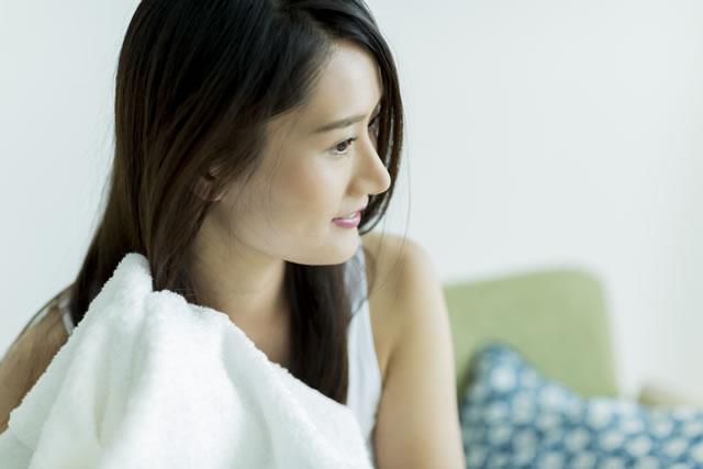 若い女性 タオル