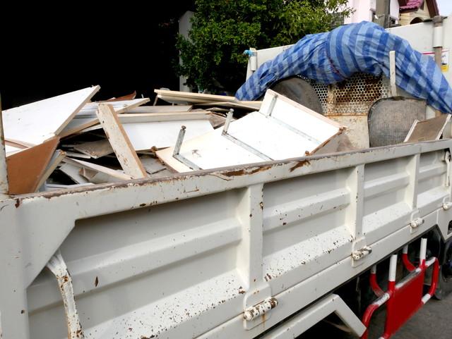 ゴミや荷物を運ぶトラック