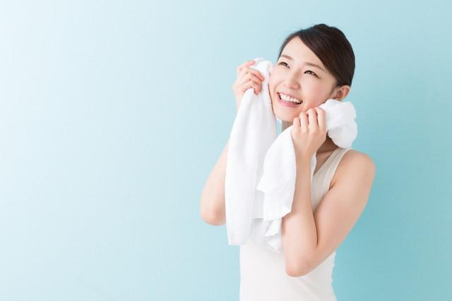 気持ち良い汗をかいてタオルでぬぐう女性